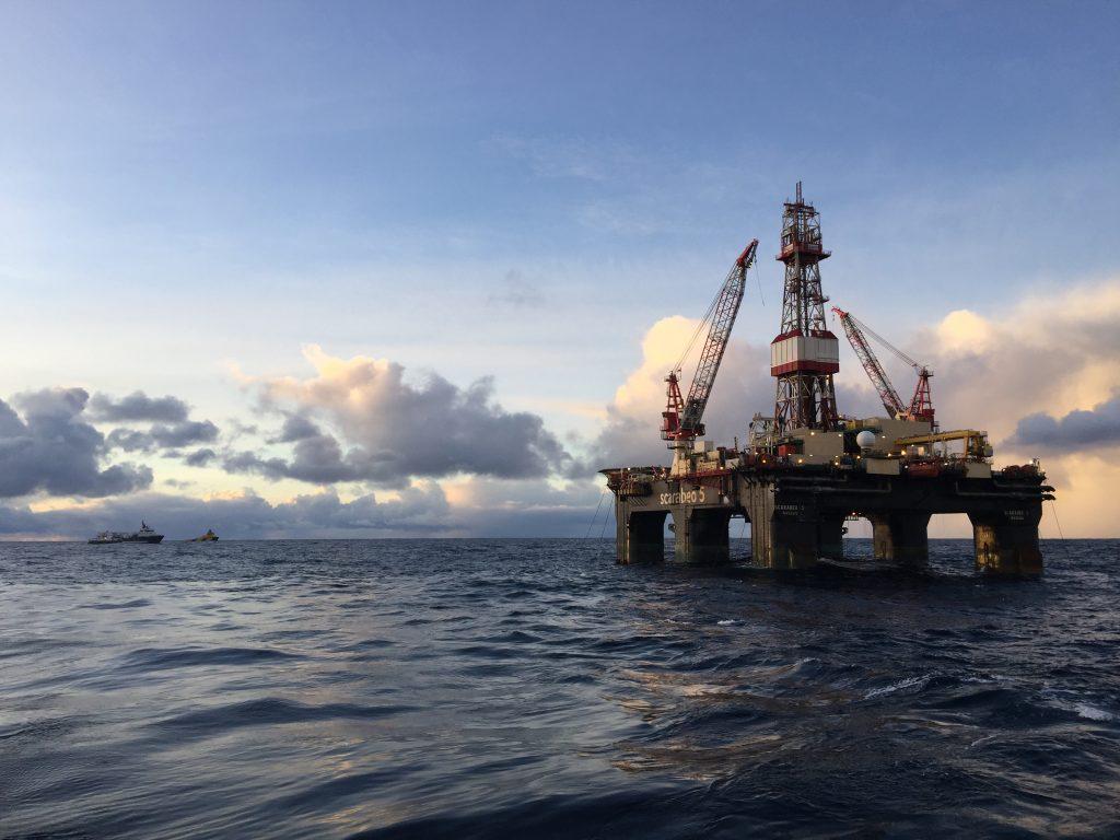 Oljeplattform ute i havgapet