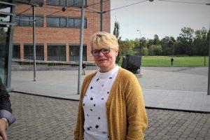 Helfigur av Trine Otterlei stående utenfor Forskningsparken ved campus VEstfold og ser i kamera.