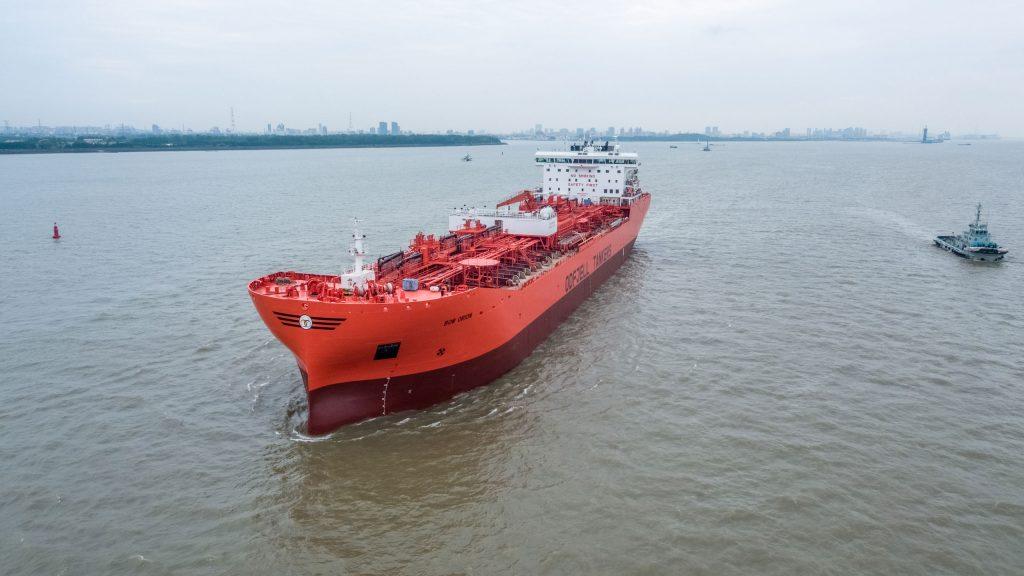 Rød stor tankbåt Bow fra Odfell liggende ute på sjøen